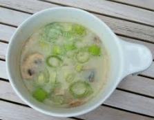 Bloemkoolsoep met bleekselderij een heerlijke gezonde en bovendien voedzame maaltijd.
